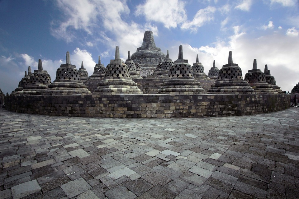 "Tour Religi – Mendaki Borobudur, Mencari Harta yang ""Terkubur"""